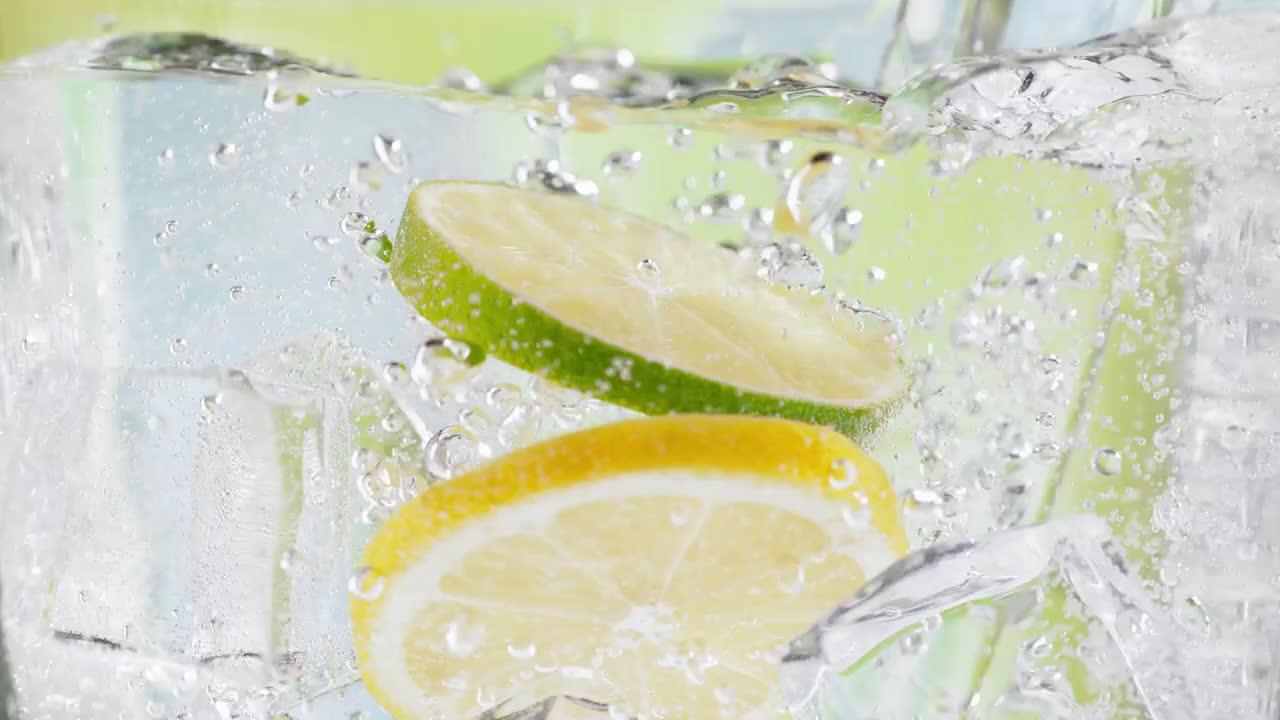7up Lima, limón y burbujas… Abre tu 7up y disfruta de #ElSaborDelVerano anuncio