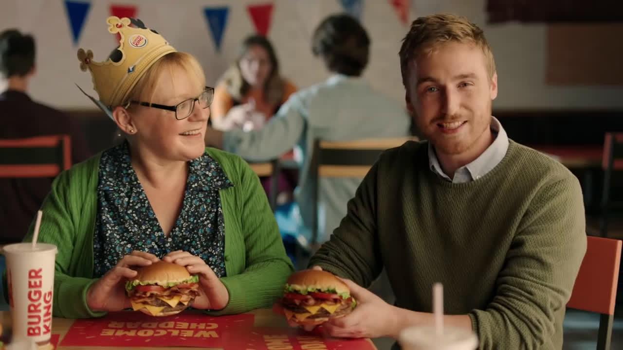 Burger King LOS HABITANTES DE CHEDDAR DAN LA BIENVENIDA A THE KING CHEDDAR anuncio