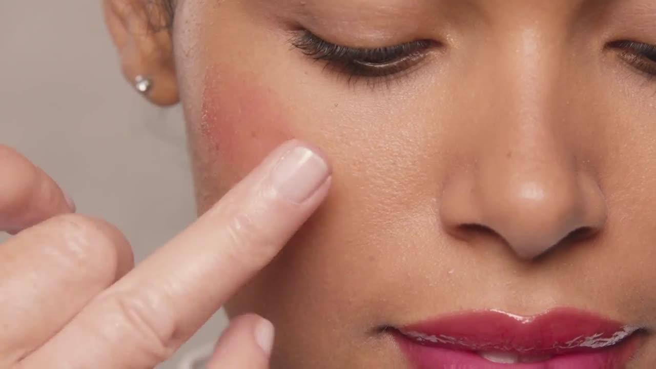 L`oreal Look de labios, mejillas y ojos con el brillo AMAZE | L'Oréal Paris X Isabel Marant anuncio
