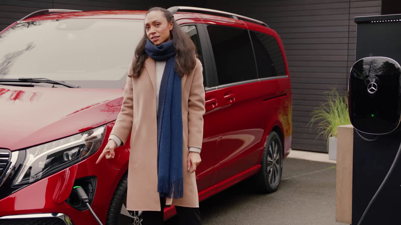 Musique publicité  Mercedes Benz L'EQV |  Comment recharger à la maison et dans les stations de recharge rapide    Juillet 2021